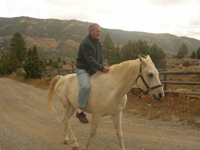 Alter Mann auf dem Pferd